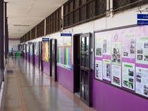 Gesubsidieerde lage school in Thailand stock foto's