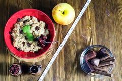 Gesund gegen ungesunde Nahrung stockbild