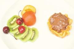Gesund gegen ungesundes Morgenfrühstück Lizenzfreie Stockfotografie