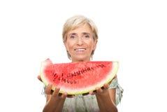 Gesunde ältere Frauenholdingwassermelone stockbilder