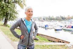 Gesunde aktive ältere Frau bereit zur Eignungs-Übung stockfotos