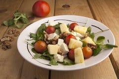 Gesunde Ananas, Tomatenkirsche, Nüsse und Kanonsalat stockbilder
