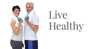 Gesunde anhebende Gewichte leben der Text- und Eignungspaare stockfoto