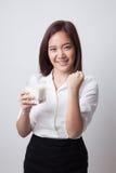 Gesunde Asiatin, die ein Glas Milch trinkt Lizenzfreies Stockfoto