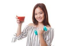 Gesunde Asiatin mit Dummkopf und Tomatensaft Lizenzfreie Stockfotos