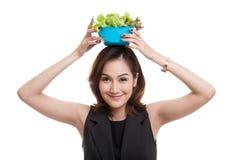Gesunde Asiatin mit Salat Stockfotografie