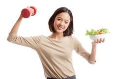 Gesunde asiatische Geschäftsfrau mit Dummköpfen und Salat Lizenzfreie Stockfotos