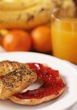 Gesunde Bagel- und Erdbeerestörung lizenzfreies stockbild