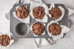 Gesunde Beerenmuffins des strengen Vegetariers in einer Backform auf einem weißen backgrou lizenzfreie stockfotos
