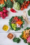 Gesunde Buddha-Schüssel des strengen Vegetariers mit Kohlblättern und rohem Gemüse stockfoto