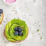 Gesunde Burger für Snäcke, zum Frühstück mit einer Rose von der Avocado und von den Blaubeeren mit Samen und Erdbeere des indisch stockfoto