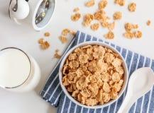 Gesunde Corn Flakes mit Milch zum Frühstück auf Tabelle, Lebensmittel und Getränk stockfotos