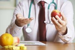 Gesunde Diät Doktor-Giving Advice On Stockbilder