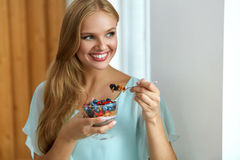 Gesunde Diät Frau, die Getreide, Beeren am Morgen isst nahrung lizenzfreies stockbild