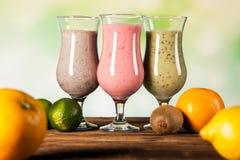 Gesunde Diät, Proteindrinks und Früchte Stockfoto