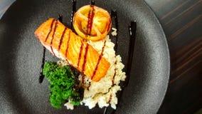 Gesunde Diät von Lachsfischen mit Butterreis lizenzfreie stockfotografie