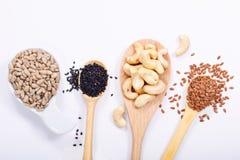 Gesunde Draufsicht-Sonnenblumensamen des Lebensmittelkonzeptes, Acajounüsse, schwarzer indischer Sesam und Leinsamen Lizenzfreie Stockbilder