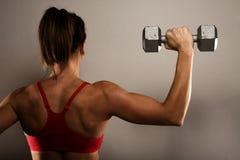 Gesunde Eignung-Frau, die ihre Rückenmuskel zeigt Lizenzfreies Stockbild