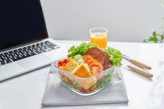 Gesunde Ernährung, damit das Mittagessen arbeitet Lebensmittel im Büro lizenzfreie stockbilder
