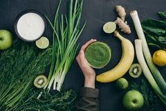 Gesunde Ernährung, die grüne Bestandteile kocht lizenzfreie stockbilder