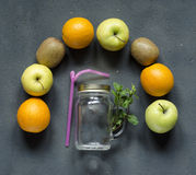 Gesunde Ernährung, frische Obst und Gemüse, die bei Tisch sitzen Lizenzfreie Stockbilder