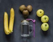 Gesunde Ernährung, frische Obst und Gemüse, die bei Tisch sitzen Stockfoto
