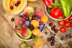 Gesunde Ernährung, gesunde Diät, frische organische Obst und Gemüse essend Lizenzfreies Stockfoto