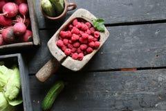 Gesunde Ernährung oder Lebensmittel, Nähren und vegetarisches Konzept Beeren und Gemüse auf der Weinlesetabelle Stockfotografie