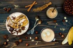 Gesunde Fall- und Winterfrühstücksschüssel Chai-Tee goss den Nachthaferbrei hinein, der mit karamellisierten Bananen, rohes dunkl lizenzfreies stockfoto