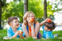 Gesunde Familie mit Apfel Stockfoto