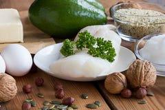 Gesunde Fette - Fische, Avocado, Butter, Eier, Kokosnussöl, Nüsse Stockbild