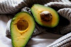 Gesunde Fette - geöffnete Avocado Stockbilder