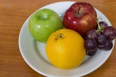 Gesunde Früchte mögen Trauben, Orangen und Äpfel Stockfotos