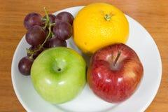 Gesunde Früchte mögen Trauben, Orangen und Äpfel Stockbild