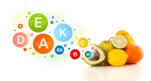 Gesunde Früchte mit bunten Vitaminsymbolen und -ikonen Stockfotos
