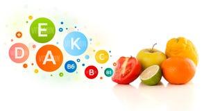 Gesunde Früchte mit bunten Vitaminsymbolen und -ikonen Lizenzfreie Stockbilder
