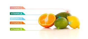Gesunde Früchte mit bunten Vitaminsymbolen und -ikonen Lizenzfreies Stockfoto