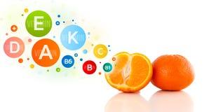 Gesunde Früchte mit bunten Vitaminsymbolen und -ikonen Stockbilder