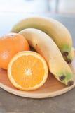 Gesunde Früchte mit Orangen und Bananen Stockfoto