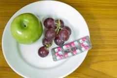 Gesunde Früchte und Pillen Stockbilder