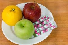 Gesunde Früchte und Pillen Lizenzfreie Stockfotos