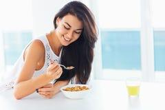 Gesunde Frühstück Frau, die Morgen lächelt und genießt Stockfotografie