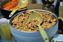 Gesunde Frühstücks-Hafer mit Kürbiskernen, Rasin u. Moosbeere in der großen Schüssel Lizenzfreies Stockbild