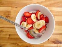 Gesunde Frühstückskost aus Getreide mit Erdbeeren und Banane Stockfotografie