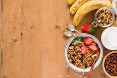 Gesunde Frühstücksnahrung auf Tabelle mit Kopienraum Lizenzfreie Stockbilder