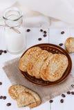Gesunde Frühstücksplätzchen über weißem hölzernem Hintergrund Stockbilder