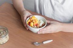Gesunde Frühstücksschüssel in den Händen lizenzfreies stockfoto
