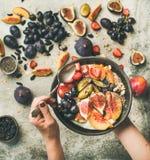 Gesunde Frühstücksschüssel in den Händen der Frau lizenzfreie stockfotos