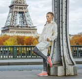 Gesunde Frau auf Brücke Pont de Bir-Hakeim, die Abstand untersucht Stockfoto