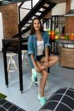 Gesunde Frau in der Küche mit Detox Smoothies Eignungs-Nahrung stockfotografie
